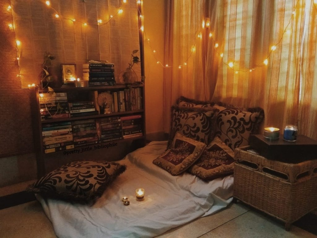 AUTUMN-THEMED BOOKSHELF AND READING NOOK